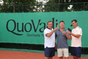 Lex Samuel (l), Rick van Midde en Patrick Beckman Lapré (r)toasten op de samenwerking tussen QuoVadis en Rijnhuyse